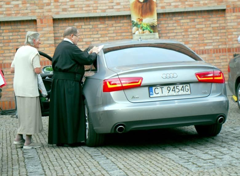 Oryginalne zdjęcie o.Rydzyka przyjego Audi.