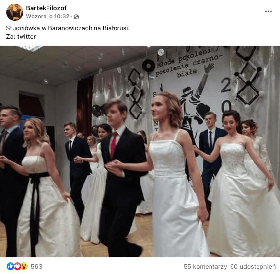 Analizowany post naFB. Nazdjęciu elegancko ubrani tańczący poloneza licealiści.