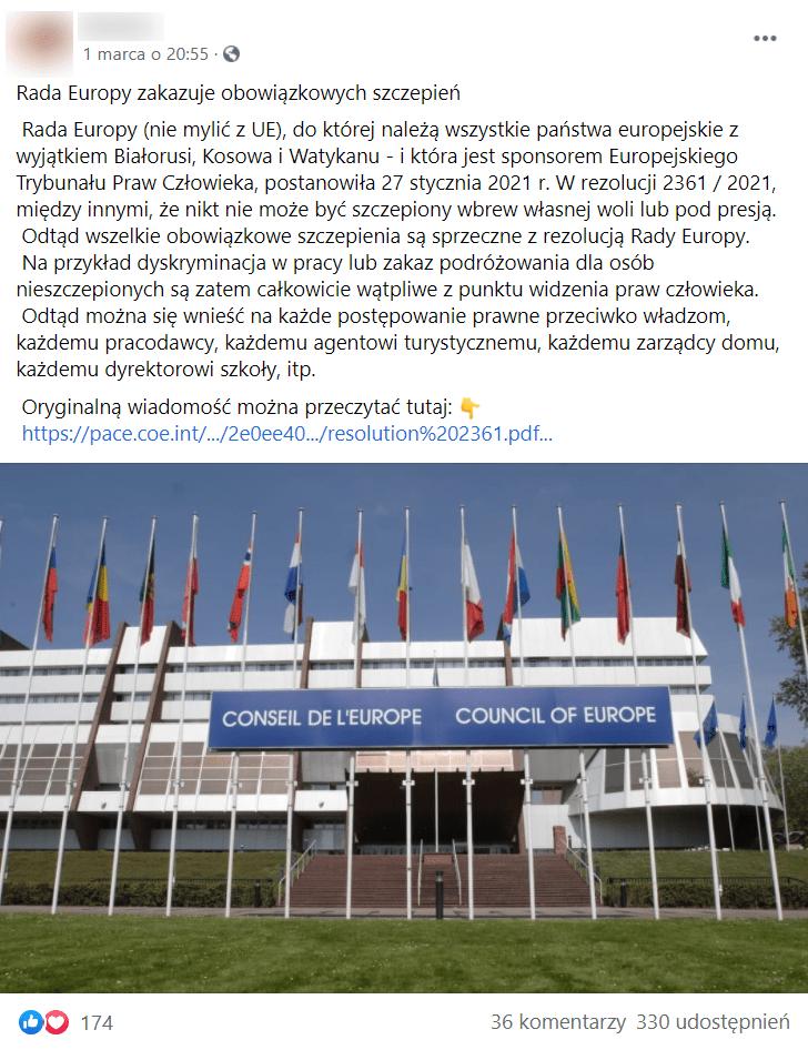 Zrzut ekranu posta naFacebooku wraz zdołączonym zdjęciem, naktórym widoczna jest siedziba Rady Europy wStrasburgu we Francji. Nafotografii widoczne jest wejście budynku wraz zkilkunastoma zawieszonymi nasłupach flagami, które się przed nim znajdują.