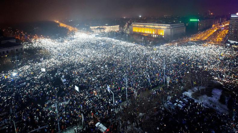 Plac zwycięstwa wBukareszcie wypełniony ludźmi podczas protestu.