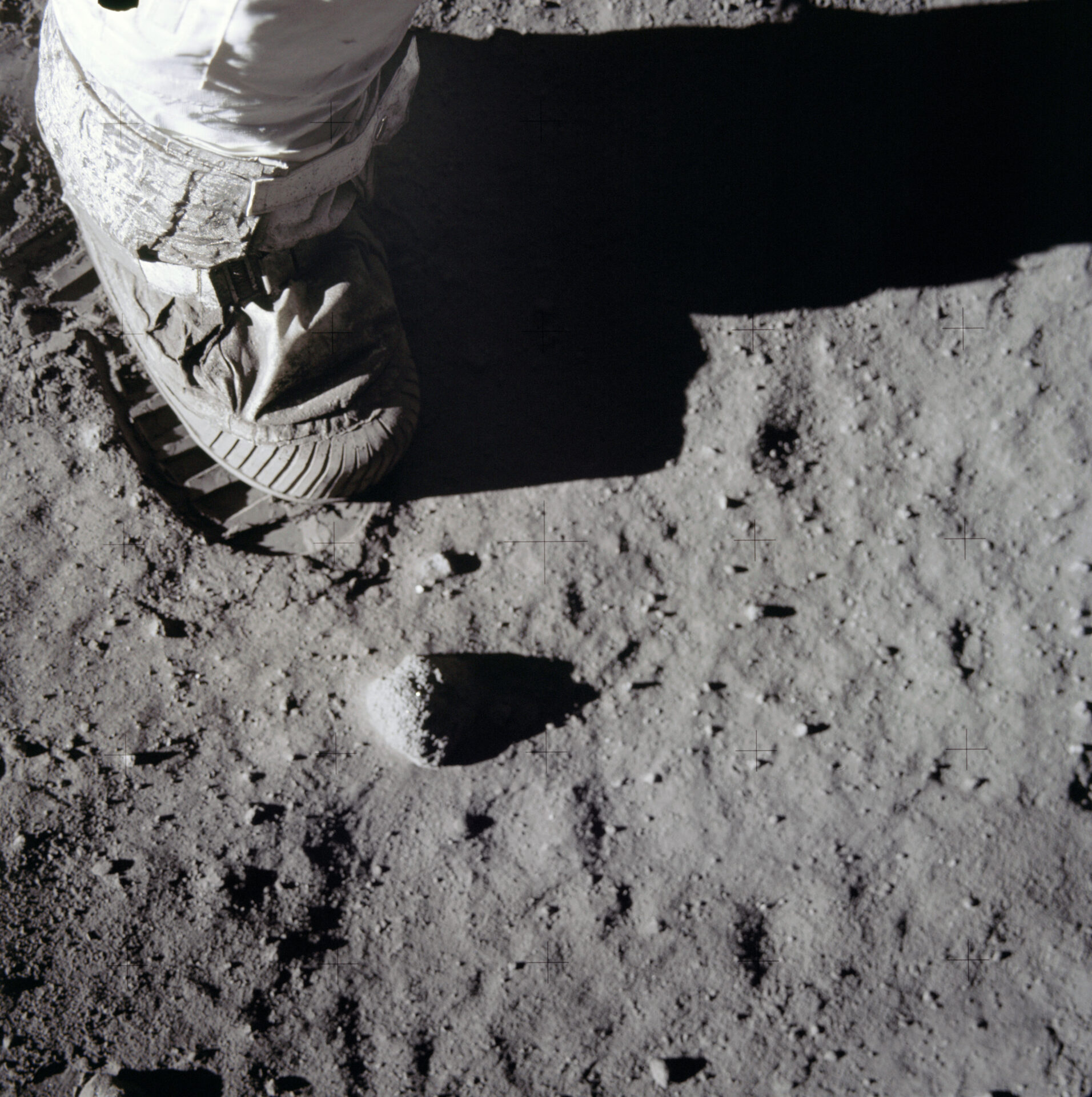 Zdjęcie zodciskiem buta naksiężycu.