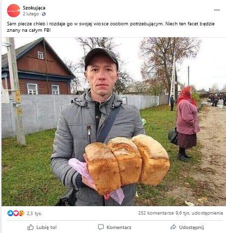 Poniżej jest zdjęcie przedstawiające wcentralnym miejscu mężczyznę trzymającego bochenki chleba wrękach. Zanim widać drewniany dom, mur, starszą kobietę aw oddali kilka osób.