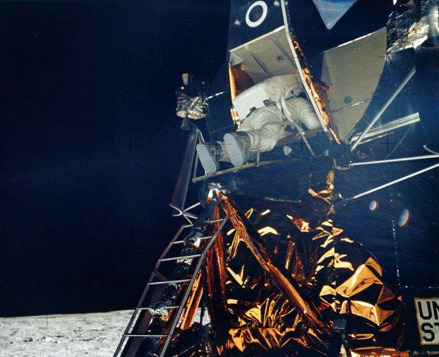 Historyczne zdjęcie kosmonauty naksiężycu.