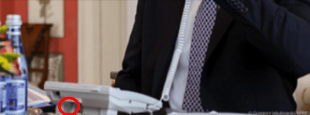 Zdjęcie telefonu prezydenta Andrzeja Dudy zprzybliżeniem nakabel podłączony wprawidłowy sposób.