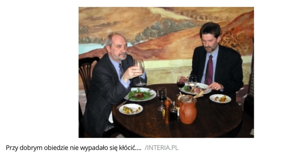 wycinek zartykułu portalu Interia.pl zawierający analizowane zdjęcie. Dwóch mężczyzn je posiłek.