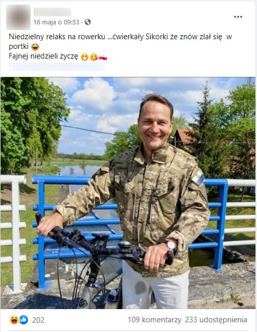 Zdjęcie omawianego posta. Dołączone doniego zdjęcie przedstawia Radosława Sikorskiego stojącego obokroweru namoście. Nanogawce, powewnętrznej stronie uda ma wyraźną plamę.