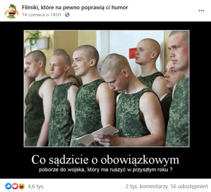 Zrzut ekranu wpisu naFacebooku, doktórego dołączono mema zwizerunkiem młodych krótko przystrzyżonych mężczyzn ubranych wpodkoszulki wwojskowych barwach. Poniżej dołączony podpis: