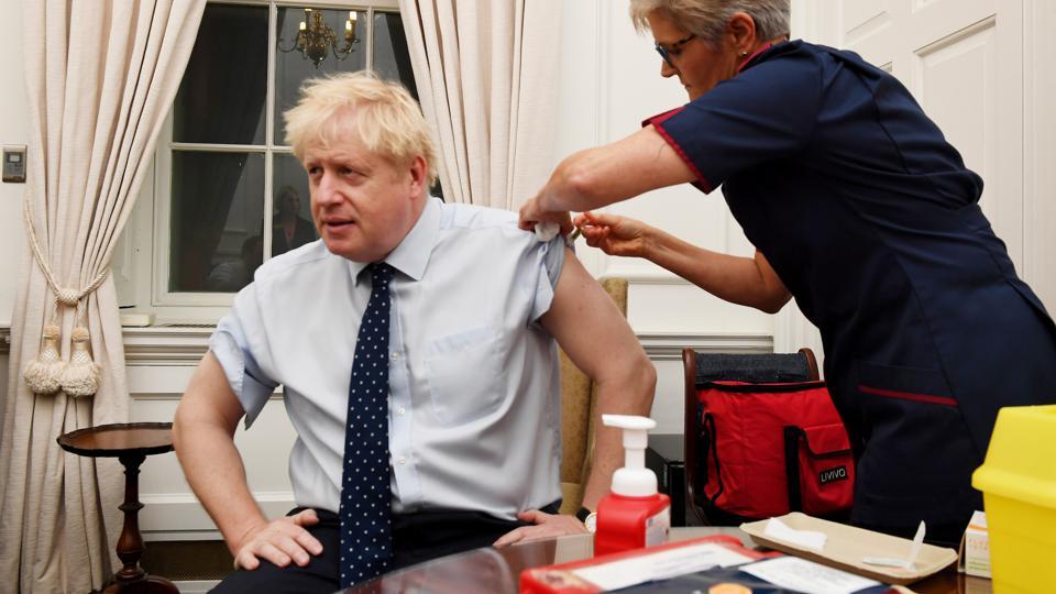 Opisywane trzecie zdjęcie, naktórym widzimy Borisa Johnsona przyjmującego szczepionkę przeciw grypie.