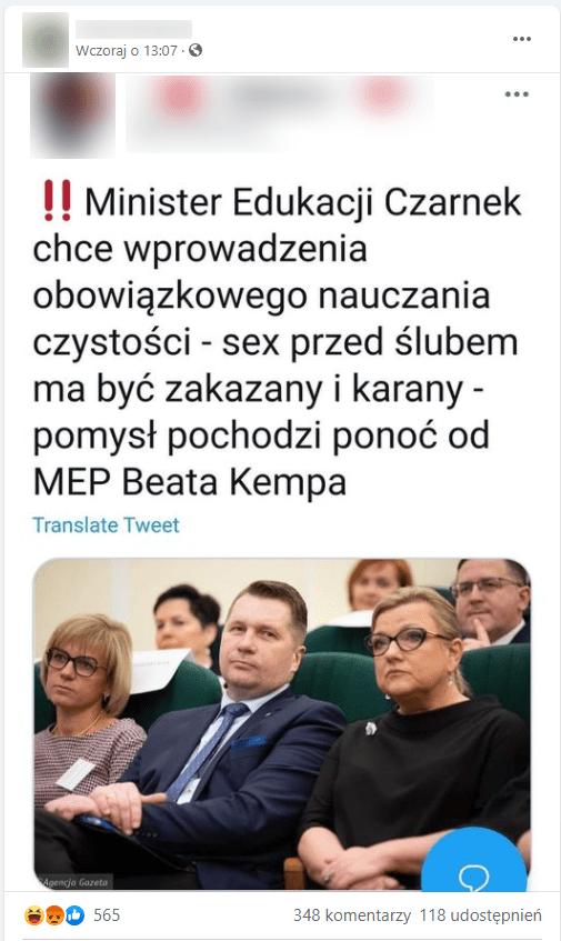 Zrzut ekranu omawianego posta naFacebooku. Zdjęcie ilustrujące go przedstawia Przemysława Czarnka iBeatę Kempę siedzących nawidowni, pośród innych osób.