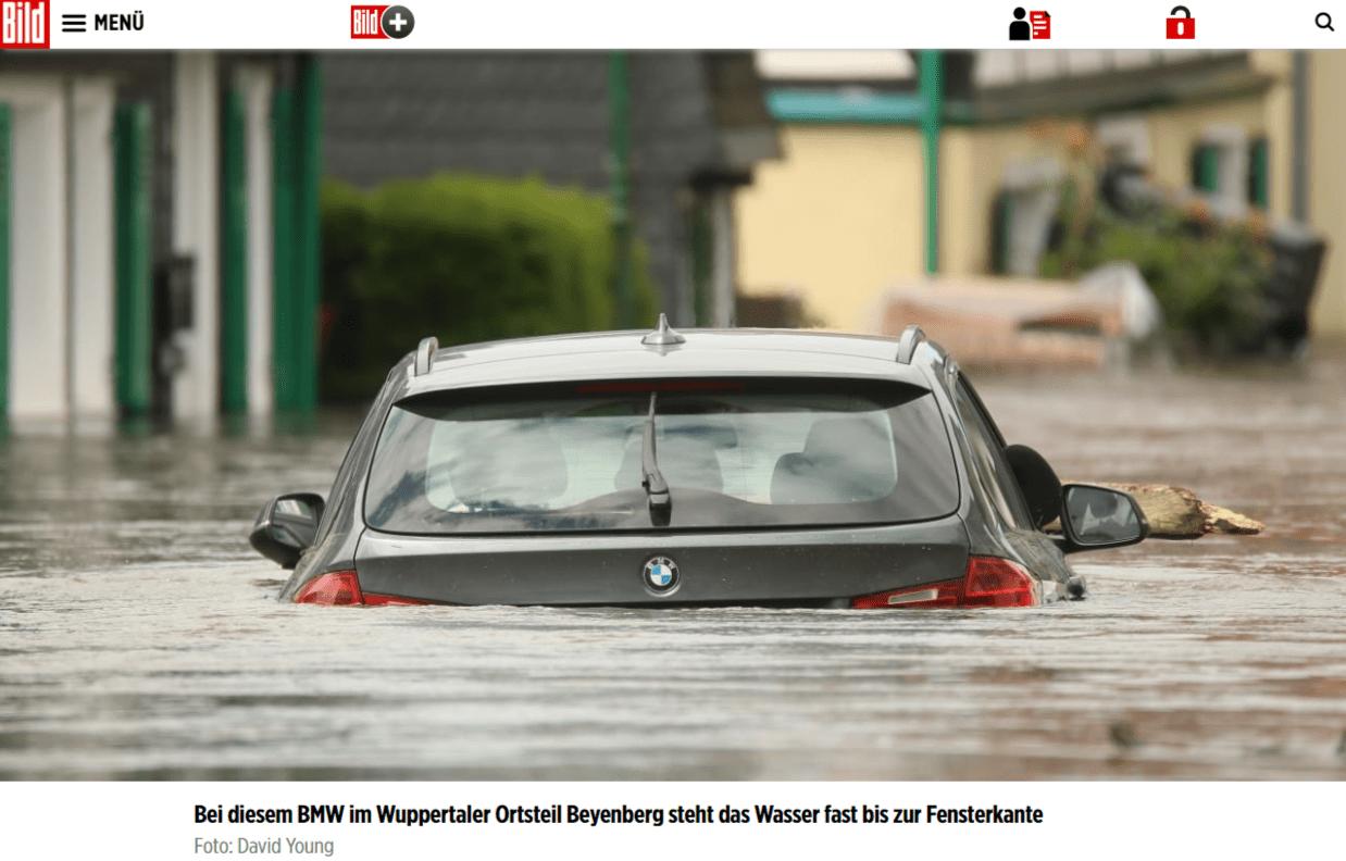 Zrzut ekranu ze strony gazety Bild. Widać nanim zdjęcie podtopionego samochodu. Nie ma tam naklejki, którą dorobiono wprogramie doobróbki graficznej.