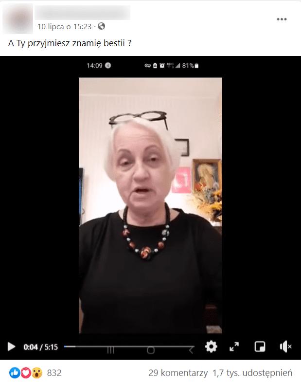 Post zfilmem naFacebooku. Nastopklatce widać starszą kobietę osiwych włosach wciemnym ubraniu. Nafilm zareagowało ponad 800 osób, aponad 1,7 tys. udostępniło go naswoich tablicach.