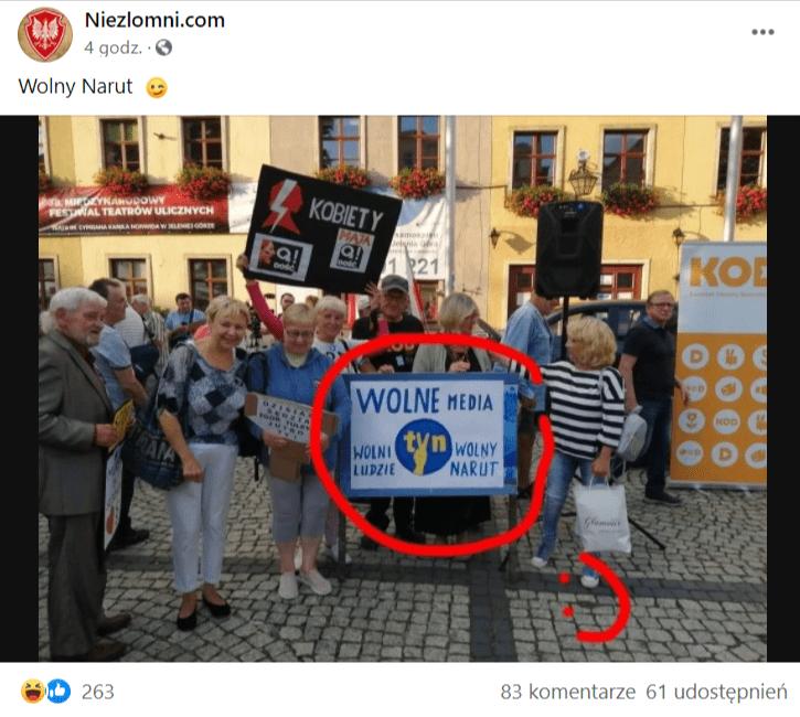 Zrzut ekranu posta naFacebooku, wktórym zamieszczono przerobioną fotografię ztabliczką zlogiem TVNu. Nawpis zareagowało ponad 260 osób, a61 udostępniło go.