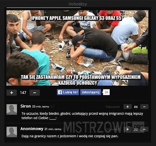 """Zrzut ekranu mema ikomentarzy oznakowany logiem serwisu """"Mistrzowie.org"""". Zdjęcie przedstawia grupę młodych mężczyzn. Dookoła nich leżą telefony. Mem podpisany jest """"Iphone'y Apple, Samsungi Galaxy S3 orazS5 Tak się zastanawiam czyto podstawowym wyposażeniem każdego uchodźcy"""". Niżej możemy przeczytać komentarze użytkowników: """"Te uczucie, kiedy biedni, głodni, uciekający przed wojną imigranci mają lepszy telefon od Ciebie"""" oraz""""Dają nagranicy razem zjedzeniem iwodą nie czepiaj się pan""""."""